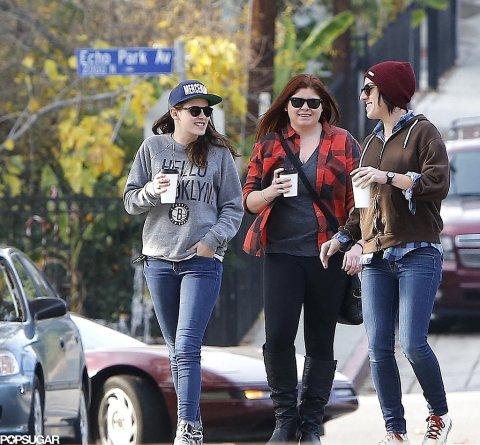 Kristen passeando e tomando café com duas amigas.